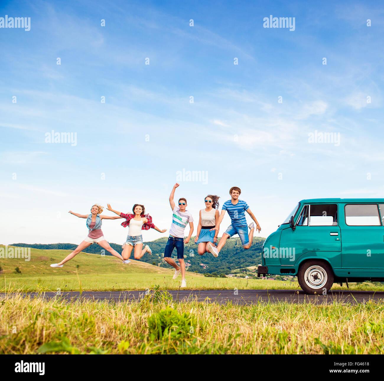 Les jeunes amis hipster on road trip Banque D'Images