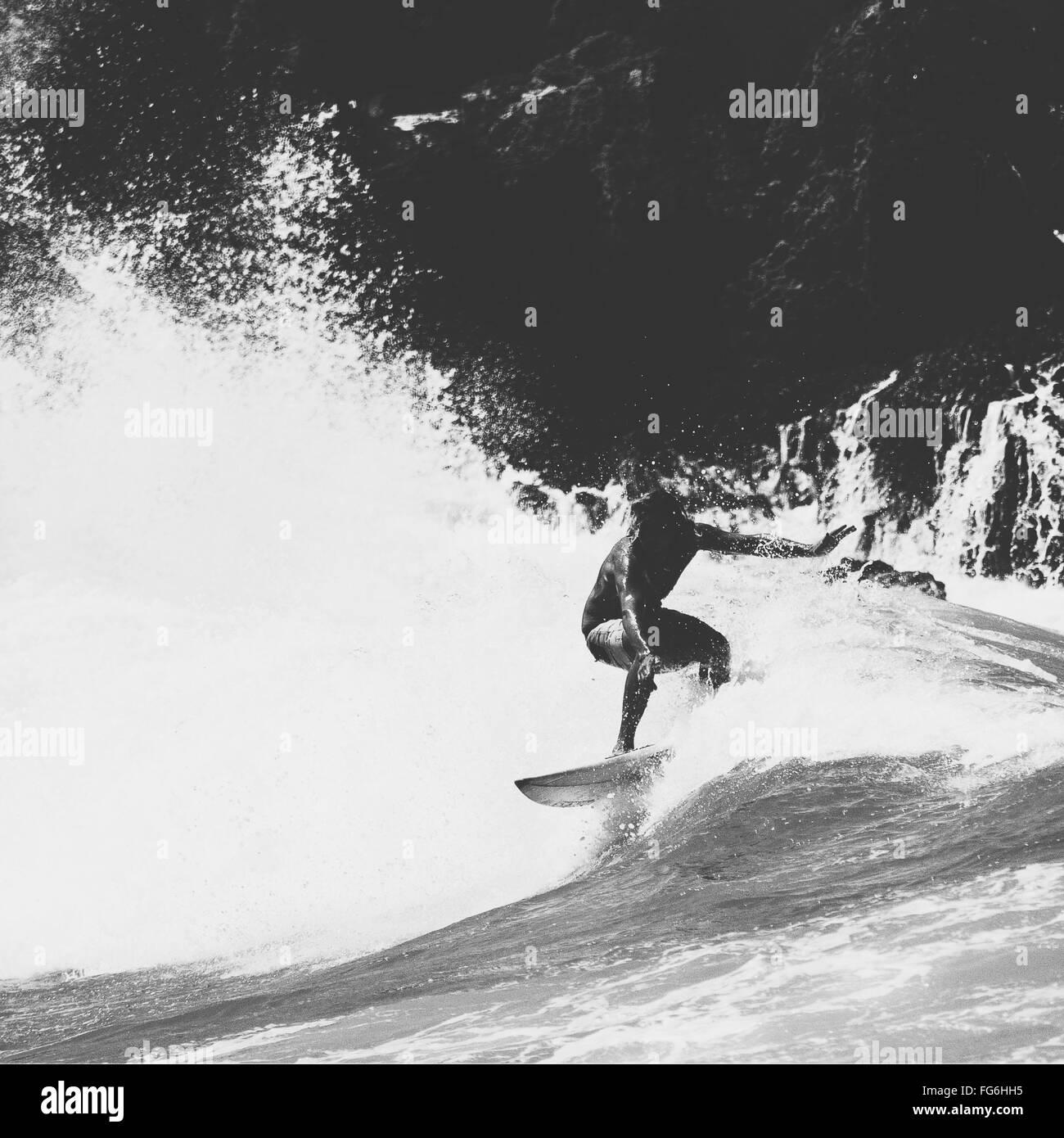 Homme Surf sur vague en mer Photo Stock