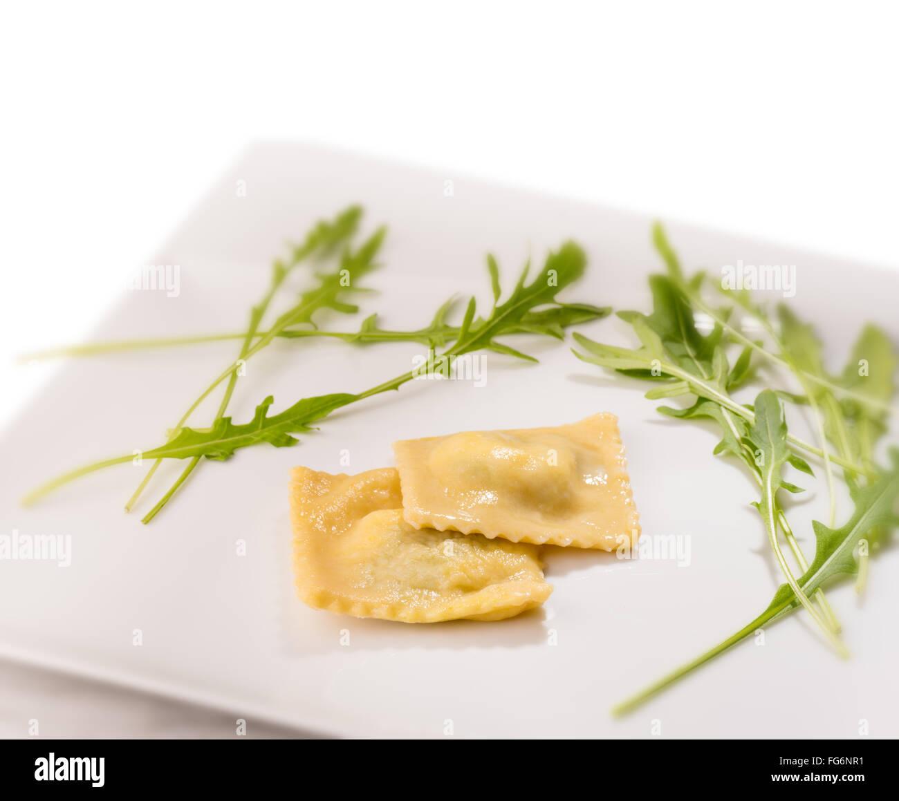 Fait à la main des pâtes raviolis Épinards Ricotta Cuisine Main cuite pâte Ravioli de timbres Photo Stock
