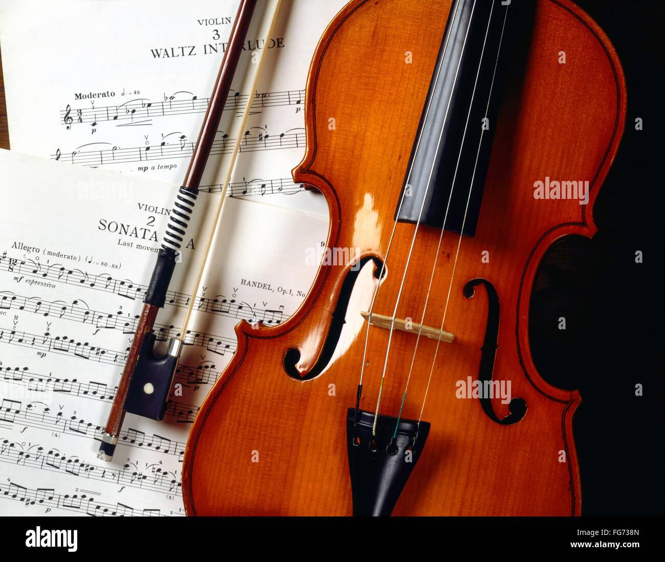 La nature morte de violon et l'arc avec des partitions, Londres, Angleterre, Royaume-Uni Banque D'Images