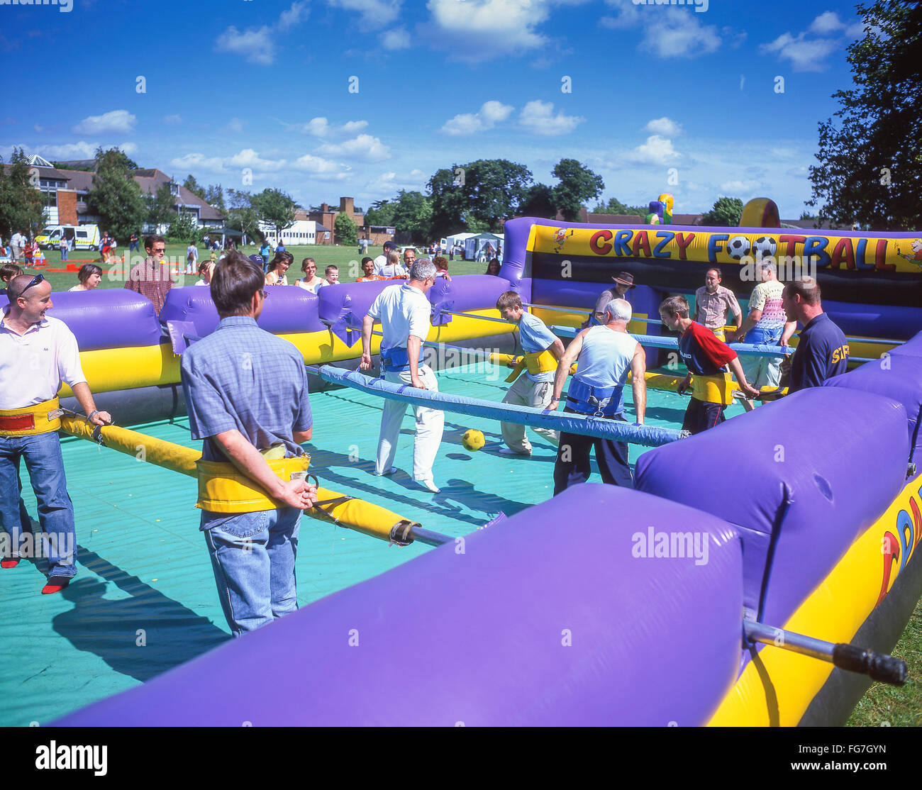 'Crazy' football babyfoot humain gonflable au jeu summer fete, Bracknell, Berkshire, Angleterre, Royaume Photo Stock