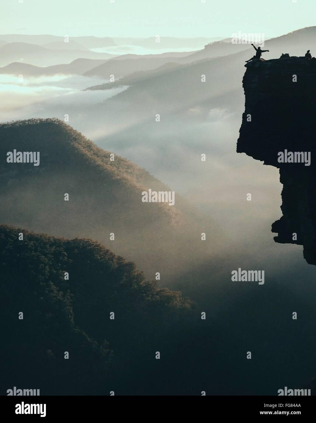 Vue panoramique des montagnes pendant temps de brouillard Photo Stock