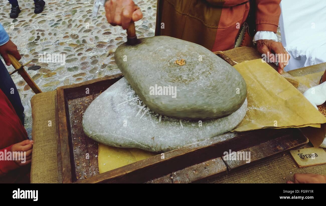 Portrait de l'homme les roches de lissage Banque D'Images