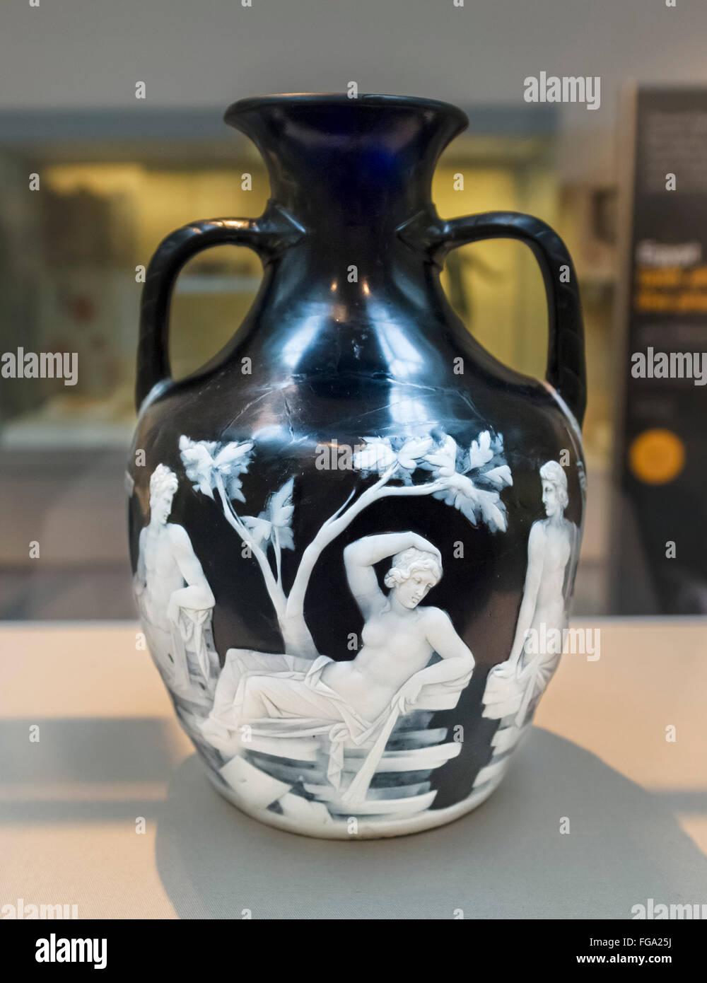 Le Vase de Portland, un vase en verre camée Romain entre 15 BC et AD 25, Wolfson Gallery, British Museum, Londres, Angleterre, Royaume-Uni Banque D'Images