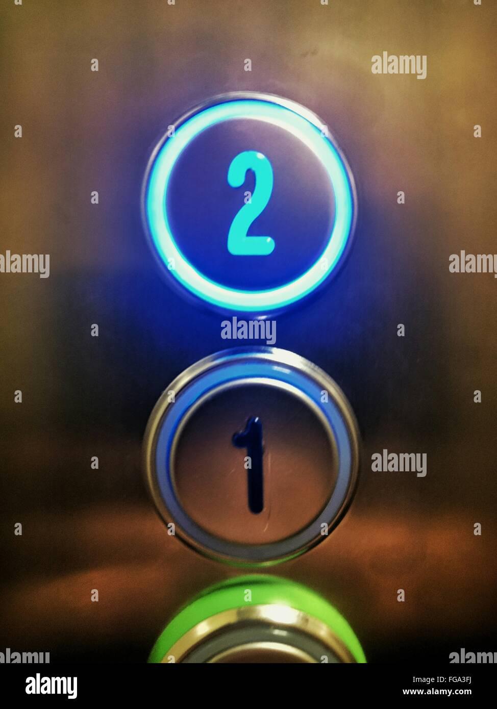Plan de boutons lumineux dans l'élévateur Photo Stock
