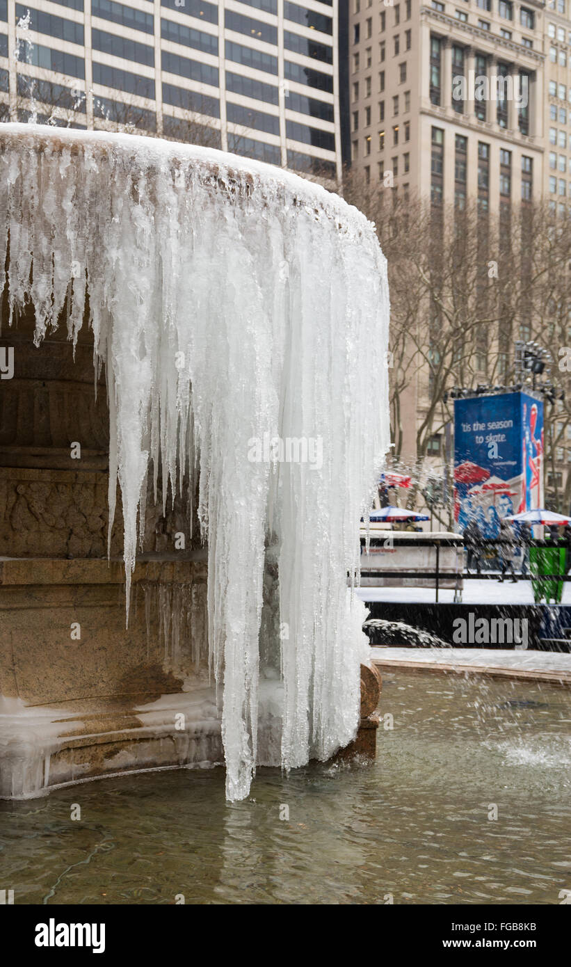 La Josephine Shaw Lowell Memorial Fountain in Bryant Park gelés après des températures froides en 2016, New York City Banque D'Images