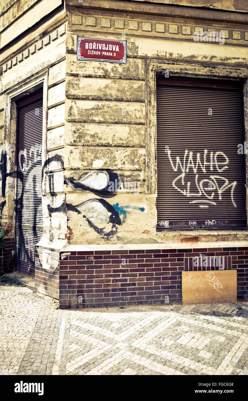 Coin de rue d'une maison à l'abandon et de délabrement n Prague, République Tchèque Photo Stock