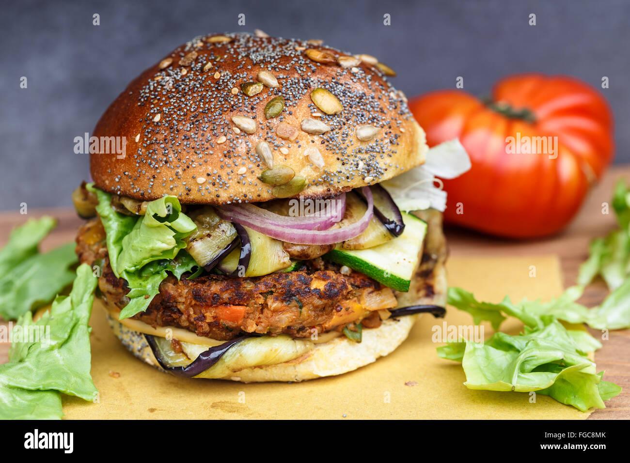 Avec l'oignon Veggie burger, courgette, aubergine Photo Stock