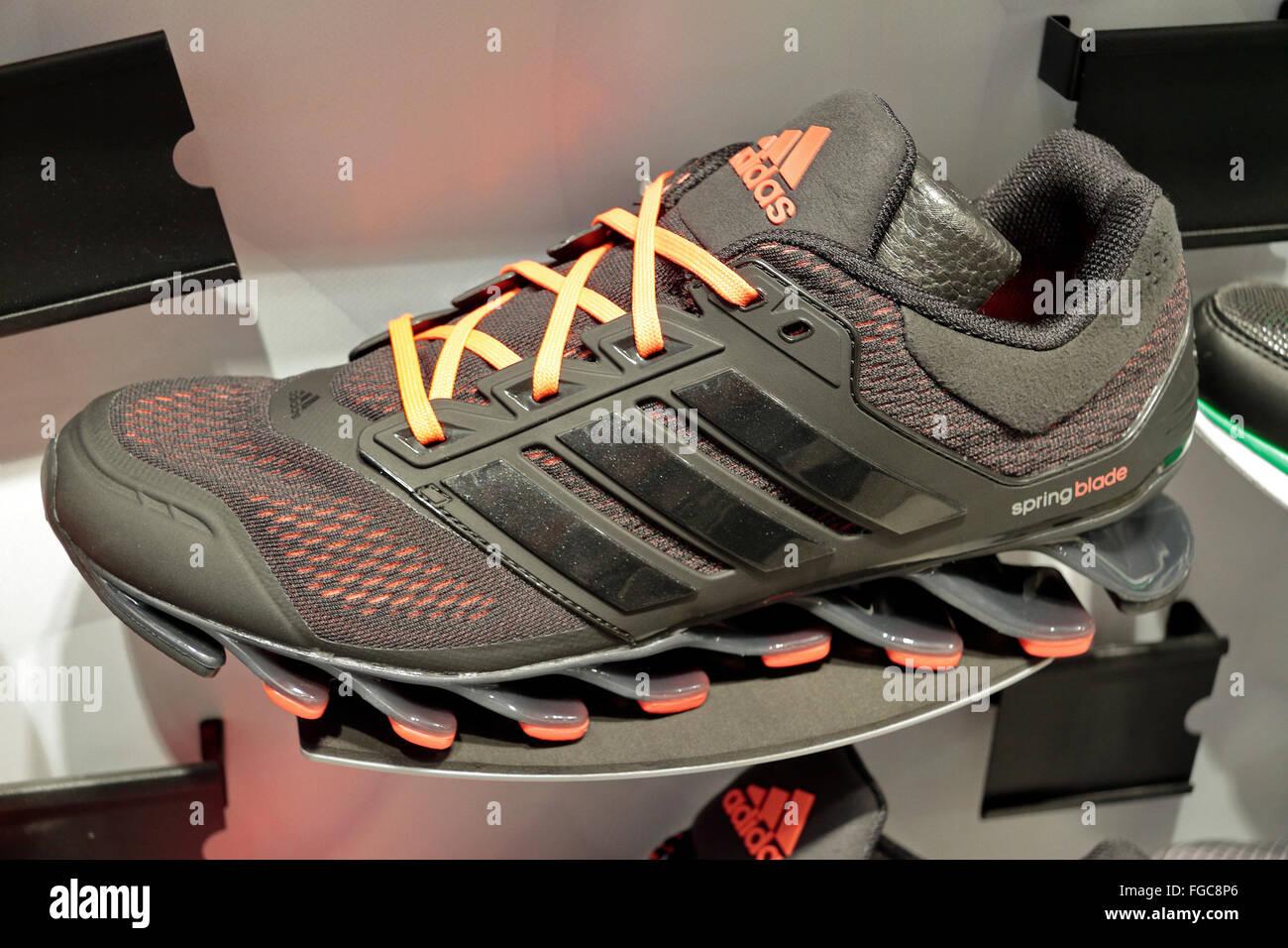 Une chaussure de course Adidas Springblade sur une étagère