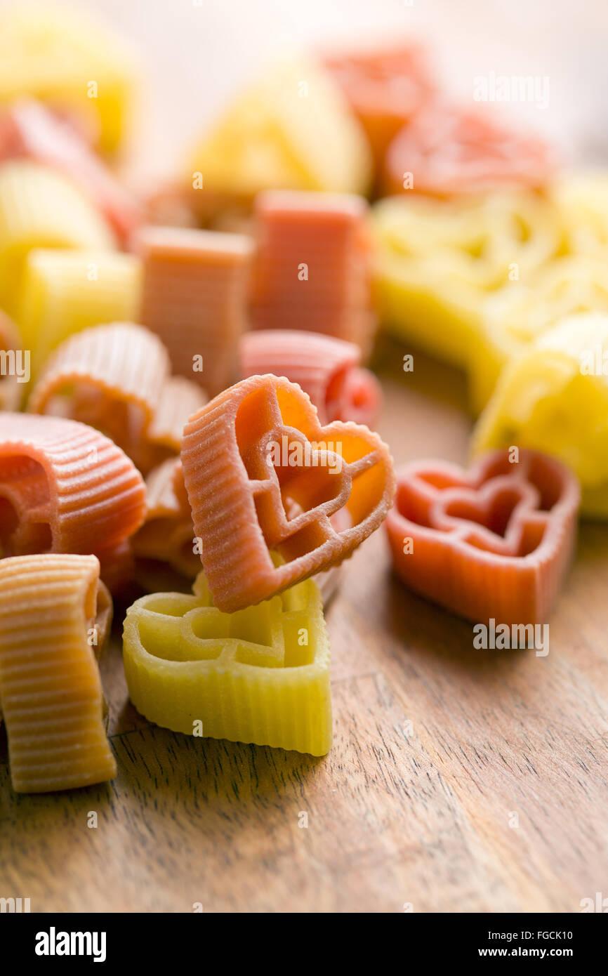 Les pâtes en forme de coeur sur table en bois Photo Stock
