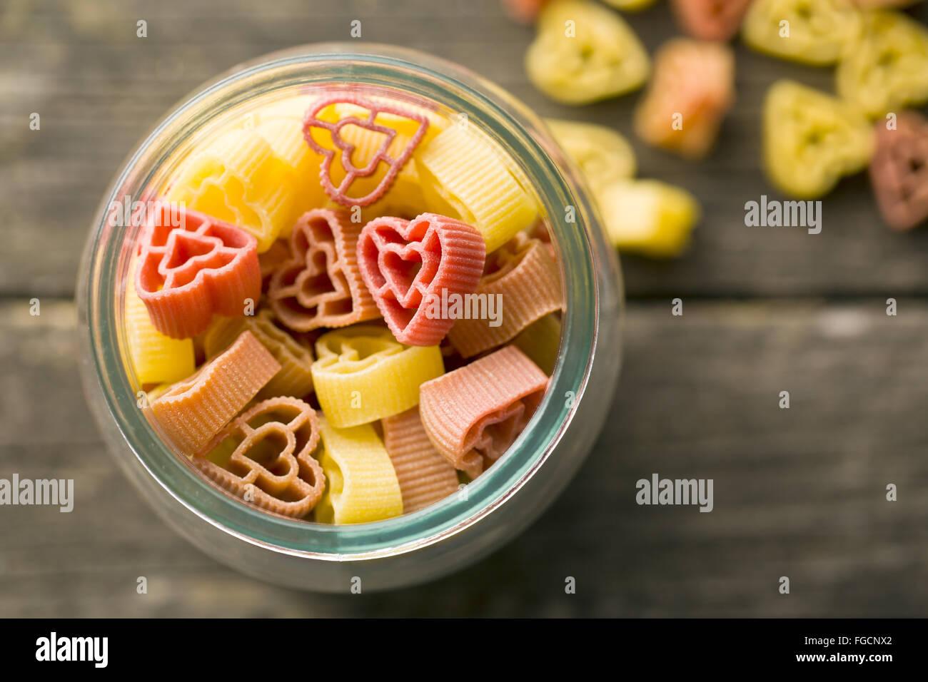 Vue de dessus de pâtes en forme de coeur dans le jar Photo Stock
