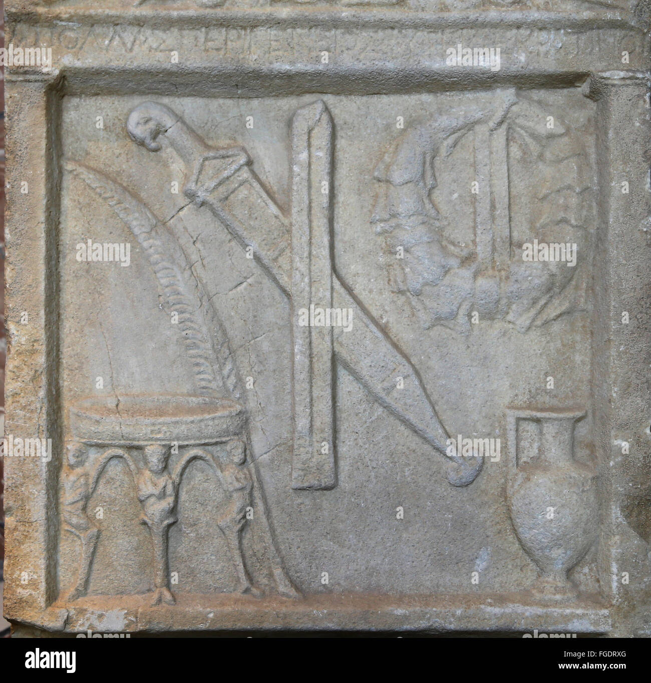 L'art grec stèle. Le soulagement de divers objets: trépied, palm, épée, élingue, Photo Stock