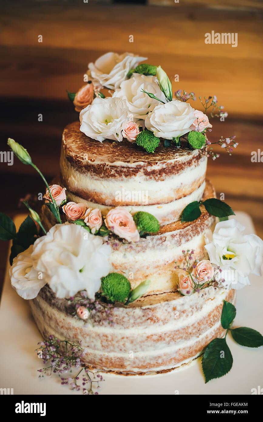 Gâteau de mariage avec des roses crème fouettée Photo Stock