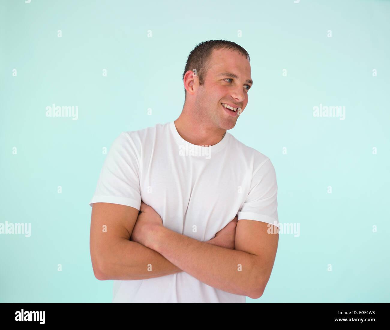 Avec l'homme, les bras croisés, smiling Photo Stock