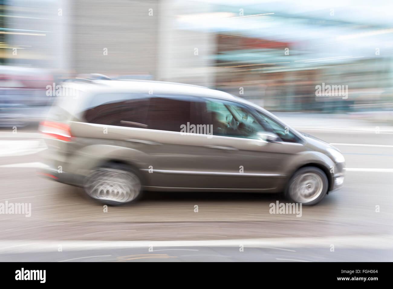 Voiture dans le motion blur, la conduite rapide en ville Banque D'Images