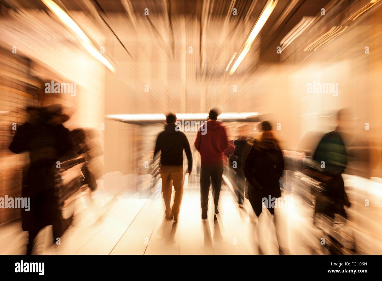 Les gens se précipiter par couloir, motion blur Banque D'Images