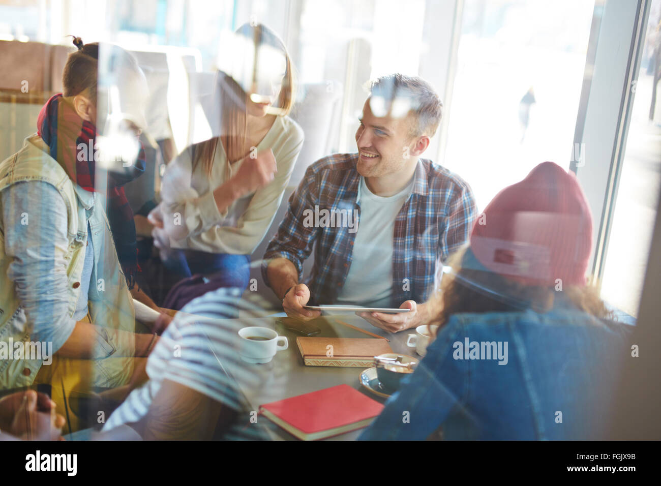 Friendly adolescents passer du temps libre en cafe Photo Stock