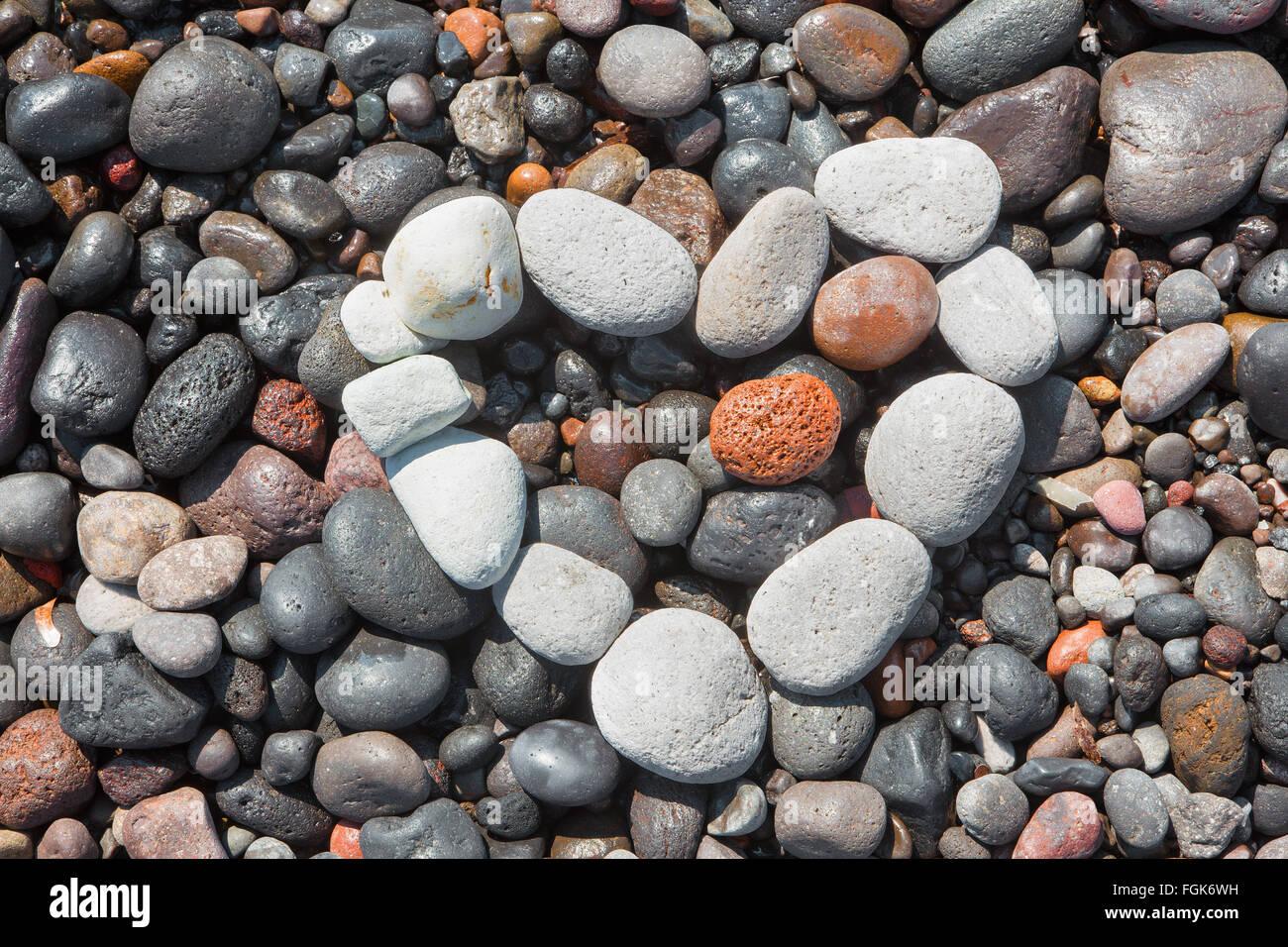Santorin - Le détail des pemza Bleck de plage avec le cœur blanc. Photo Stock