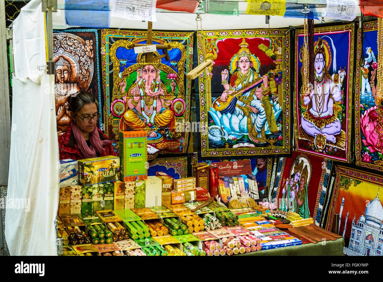 Vue d'un magasin avec des objets indiens dans marché du Rastro de Madrid, ville, Espagne Banque D'Images