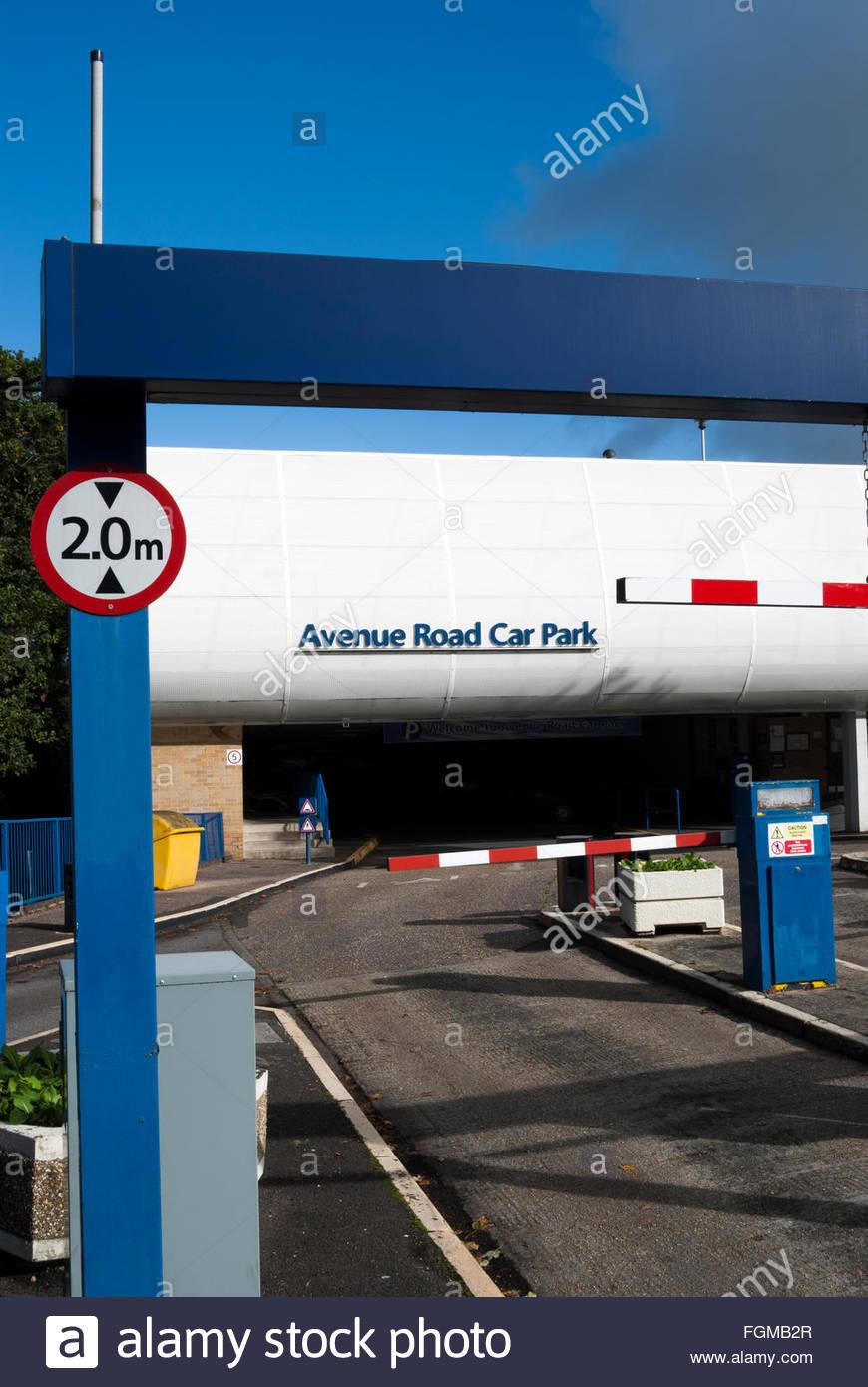 Gros plan de l'inscription de la limitation de hauteur à l'entrée de l'Avenue Road Parking Photo Stock