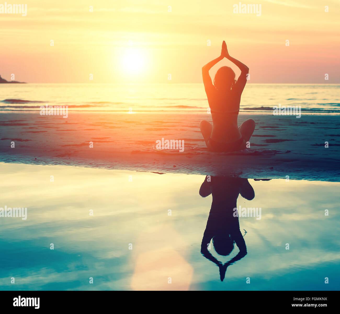 La méditation, la sérénité et le yoga pratiquer au coucher du soleil. Photo Stock