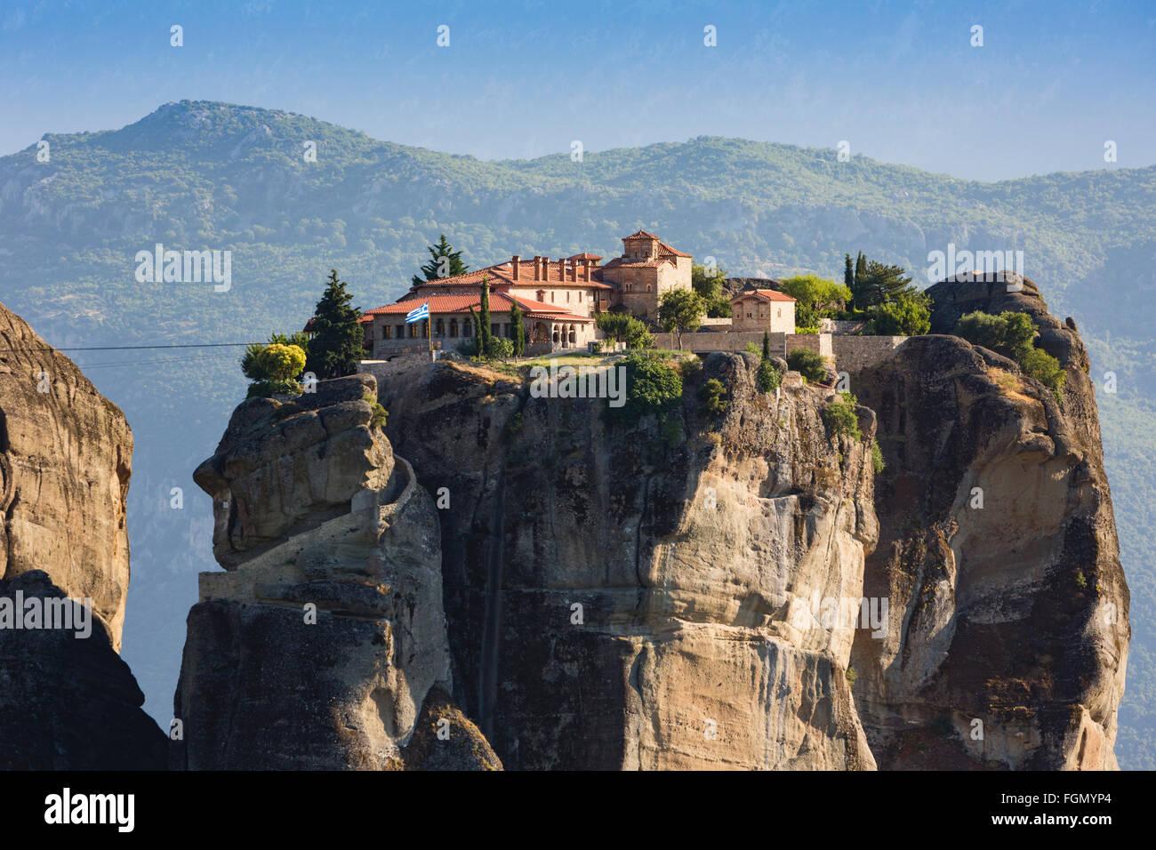 Météores, Thessalie, Grèce. L'Église orthodoxe du Monastère de la Sainte Trinité. Photo Stock