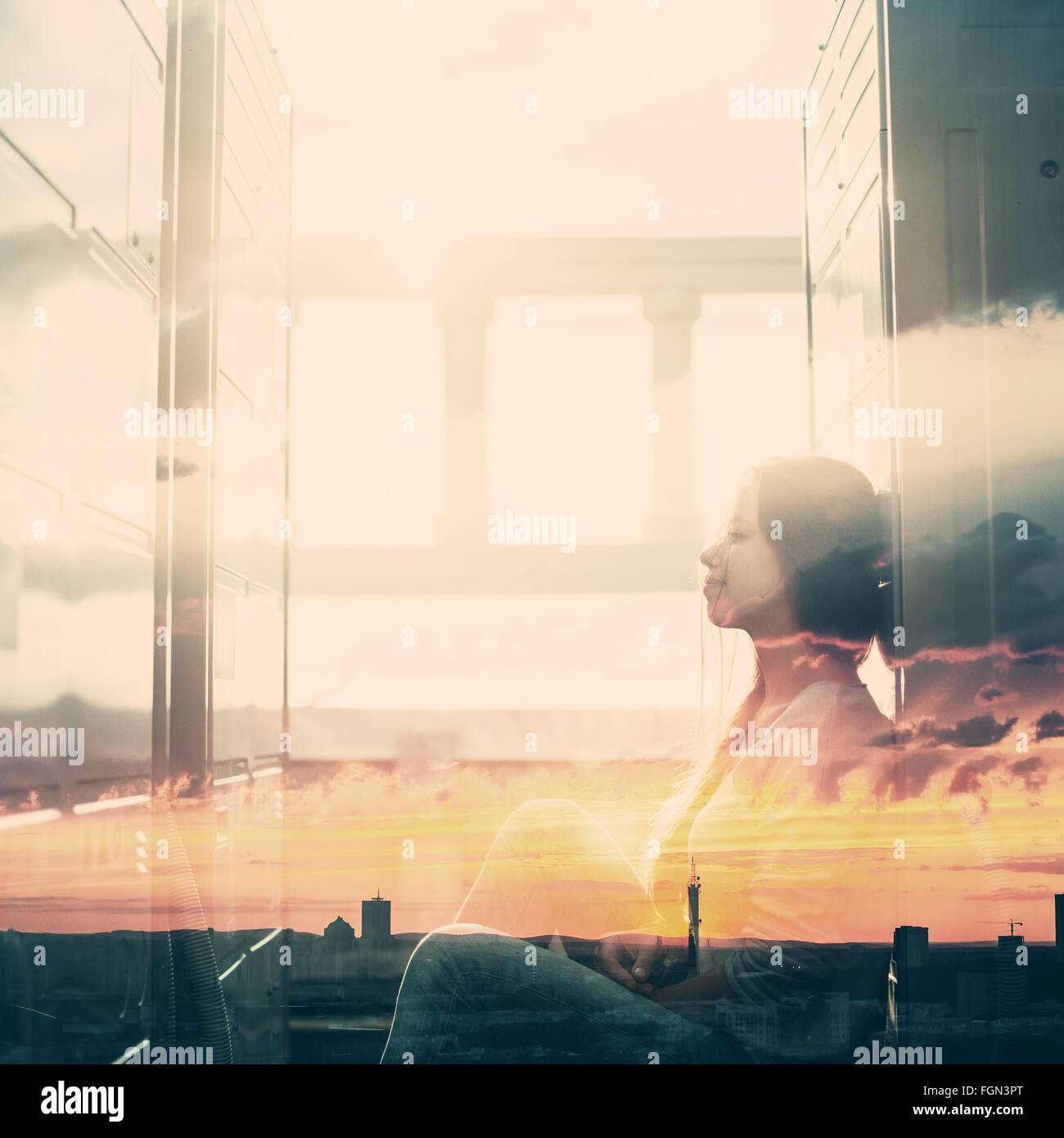 Résumé Portrait de jeune femme avec effet double exposition. Combiné avec le coucher du soleil Ciel, Photo Stock