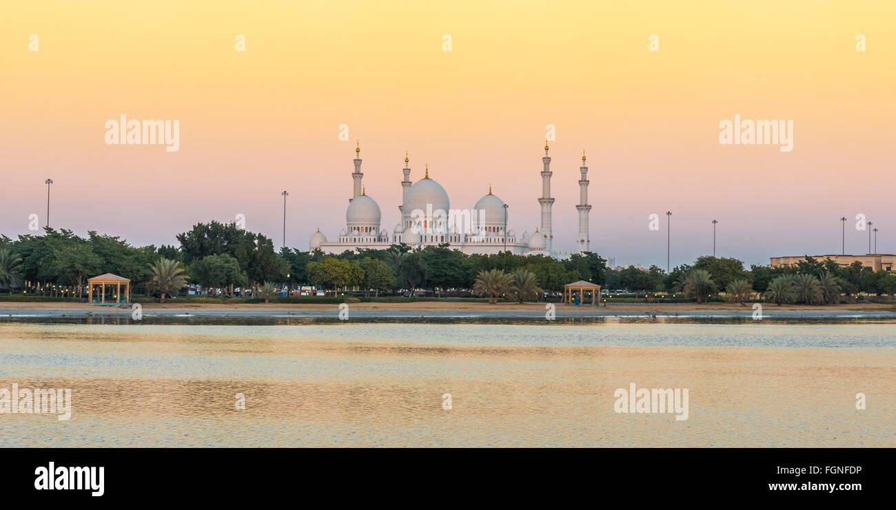 Grande Mosquée de Sheikh Zayed à Abu Dhabi, EAU au lever du soleil Photo Stock