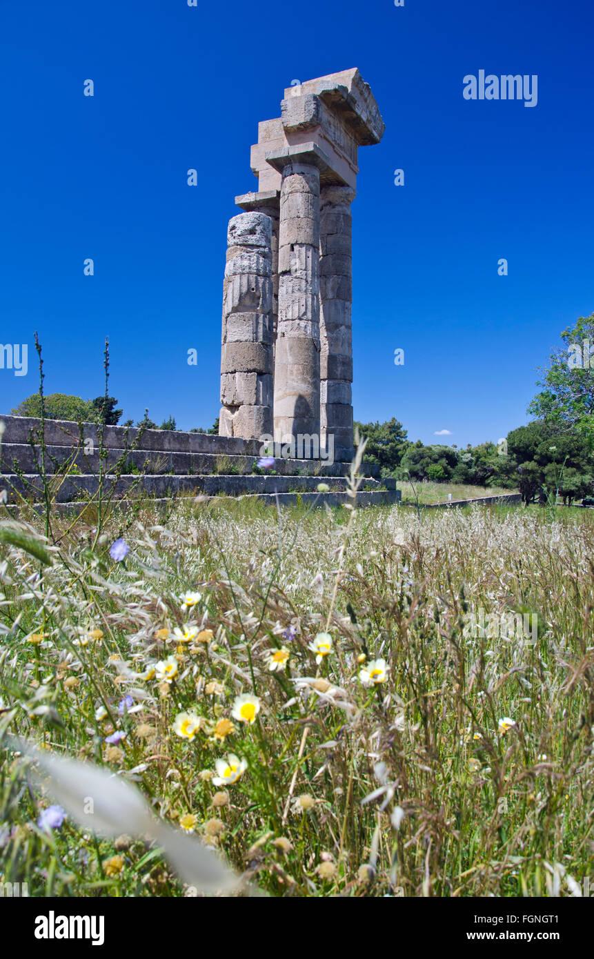 Ruine de l'adorant antique lieu de piliers dans l'île de Rhodes en Grèce dès les beaux jours Photo Stock