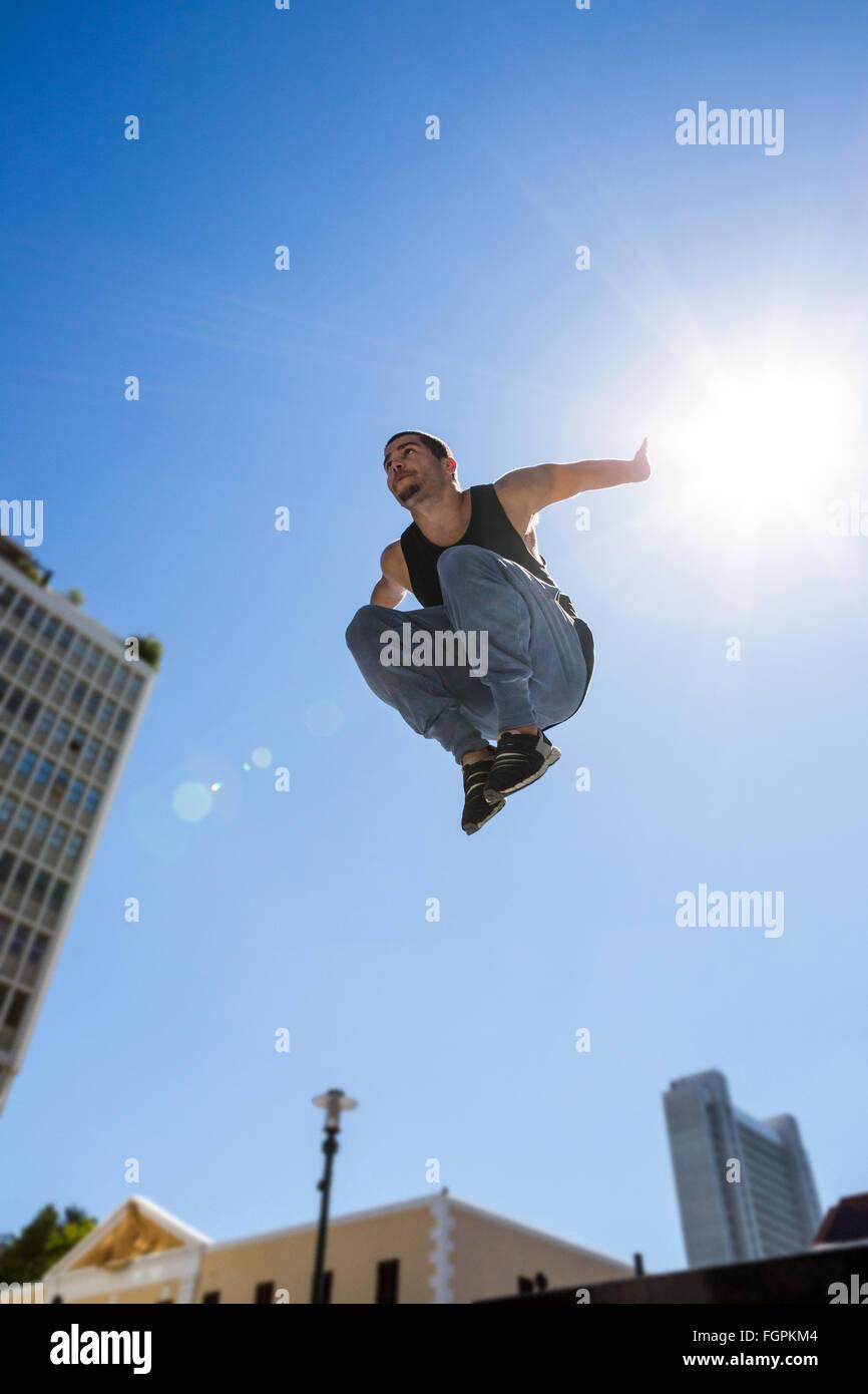 Man doing Parkour dans la ville Photo Stock