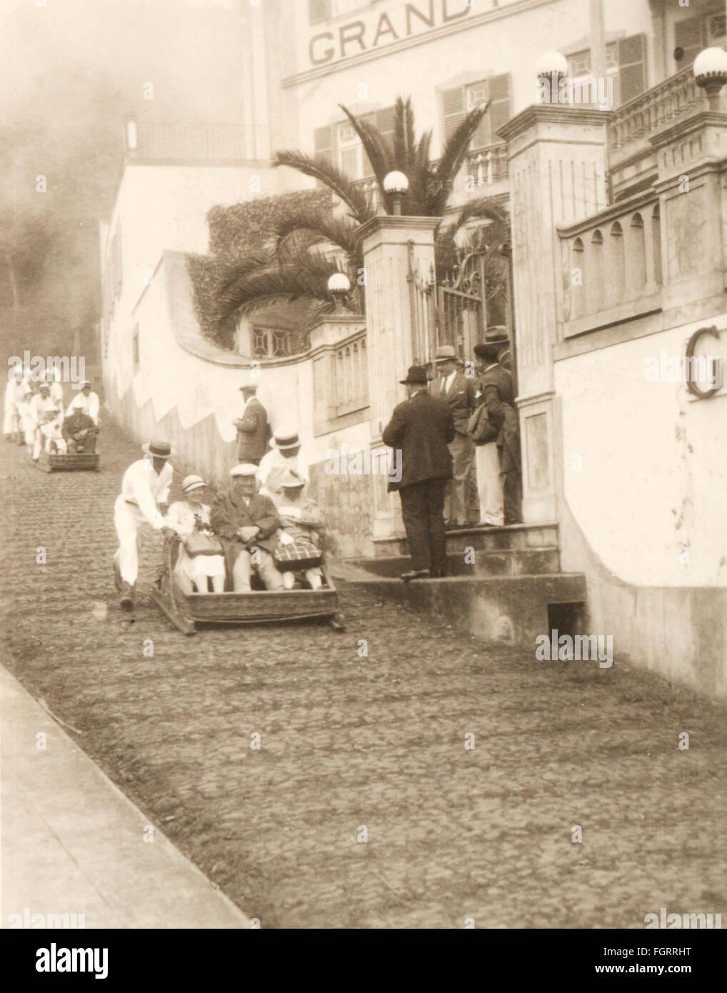 Géographie / Voyage, Portugal, isle Madeira, les gens, les touristes sont poussés le long de la rue dans un traîneau, Banque D'Images