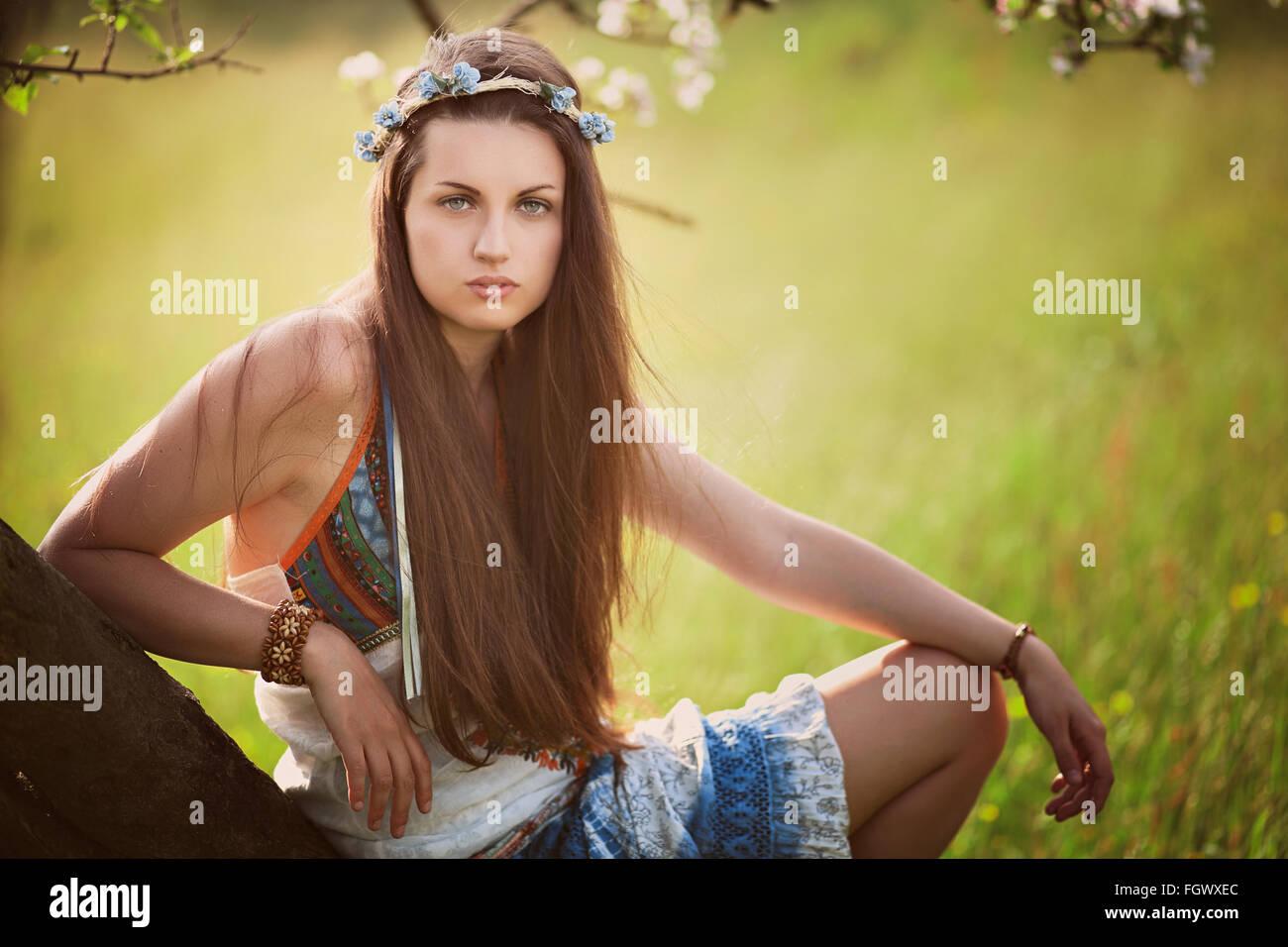 Belle femme hippie s'appuyant sur un arbre . La nature et la paix Photo Stock