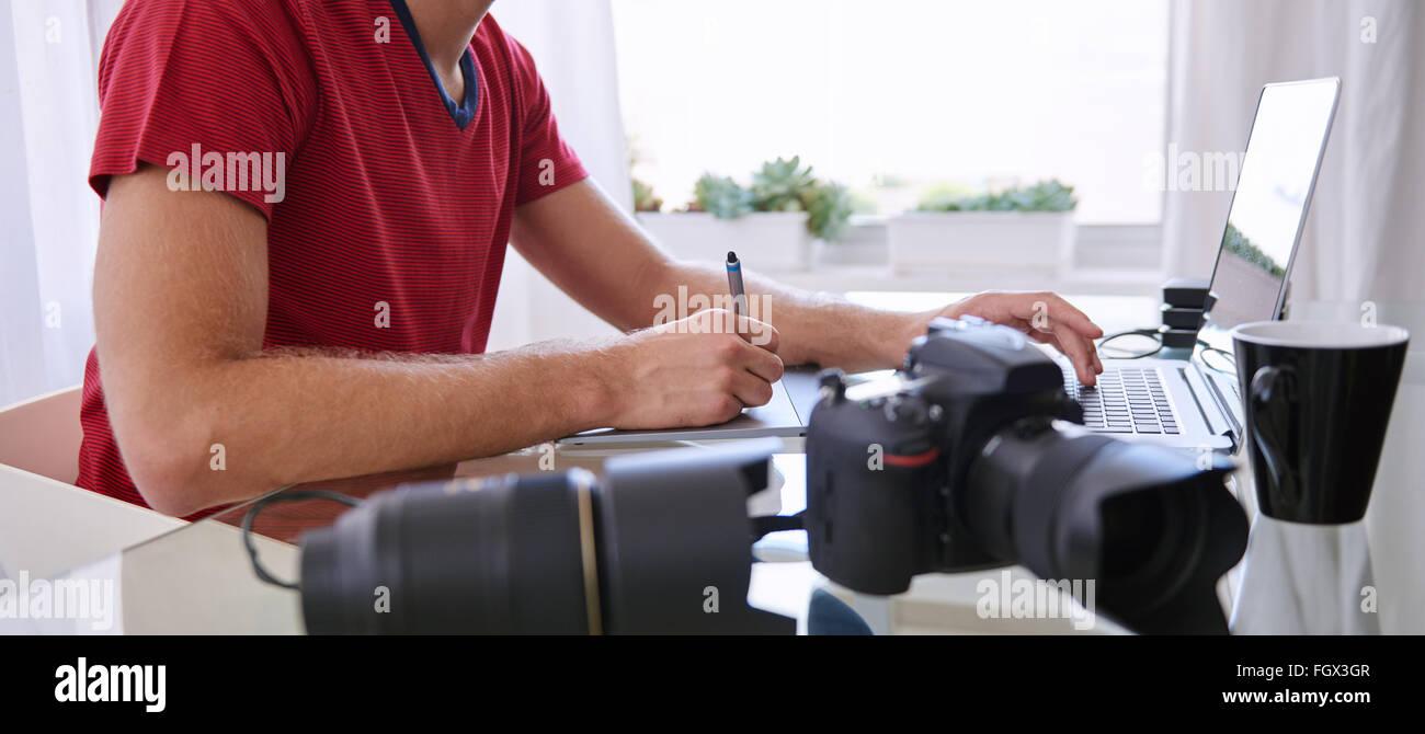 Culture sans tête d'un créatif de la photographie retouche occupé Photo Stock