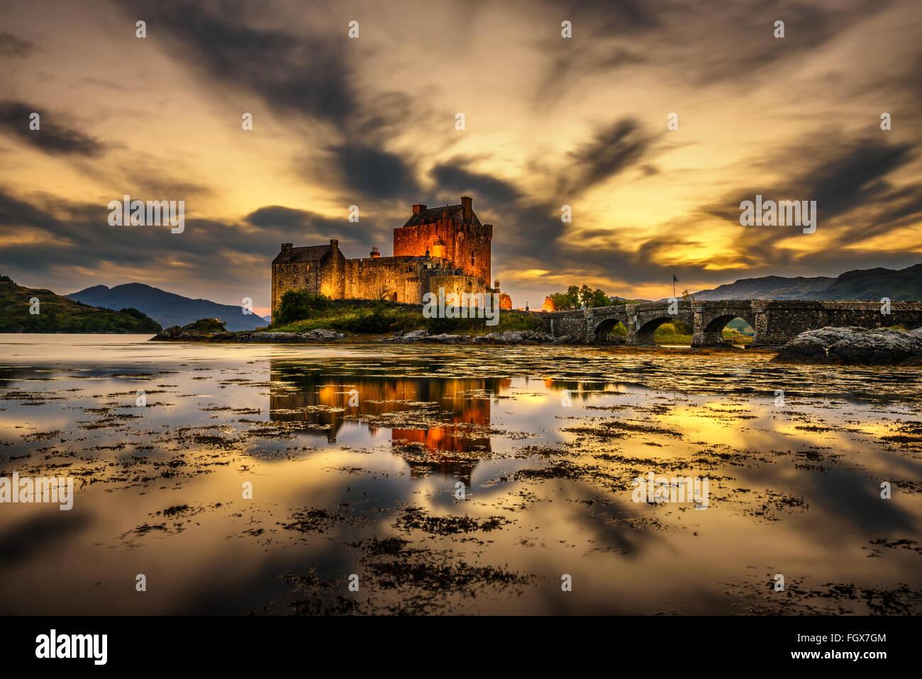 Coucher de soleil sur le château d'Eilean Donan, Ecosse, Royaume-Uni. Longue exposition. Photo Stock
