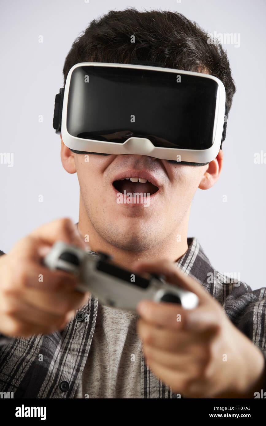 Man Playing Video Game Port casque de réalité virtuelle Photo Stock