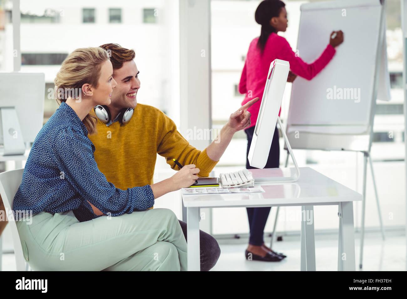 Designer graphique portant des écouteurs à 24 Photo Stock