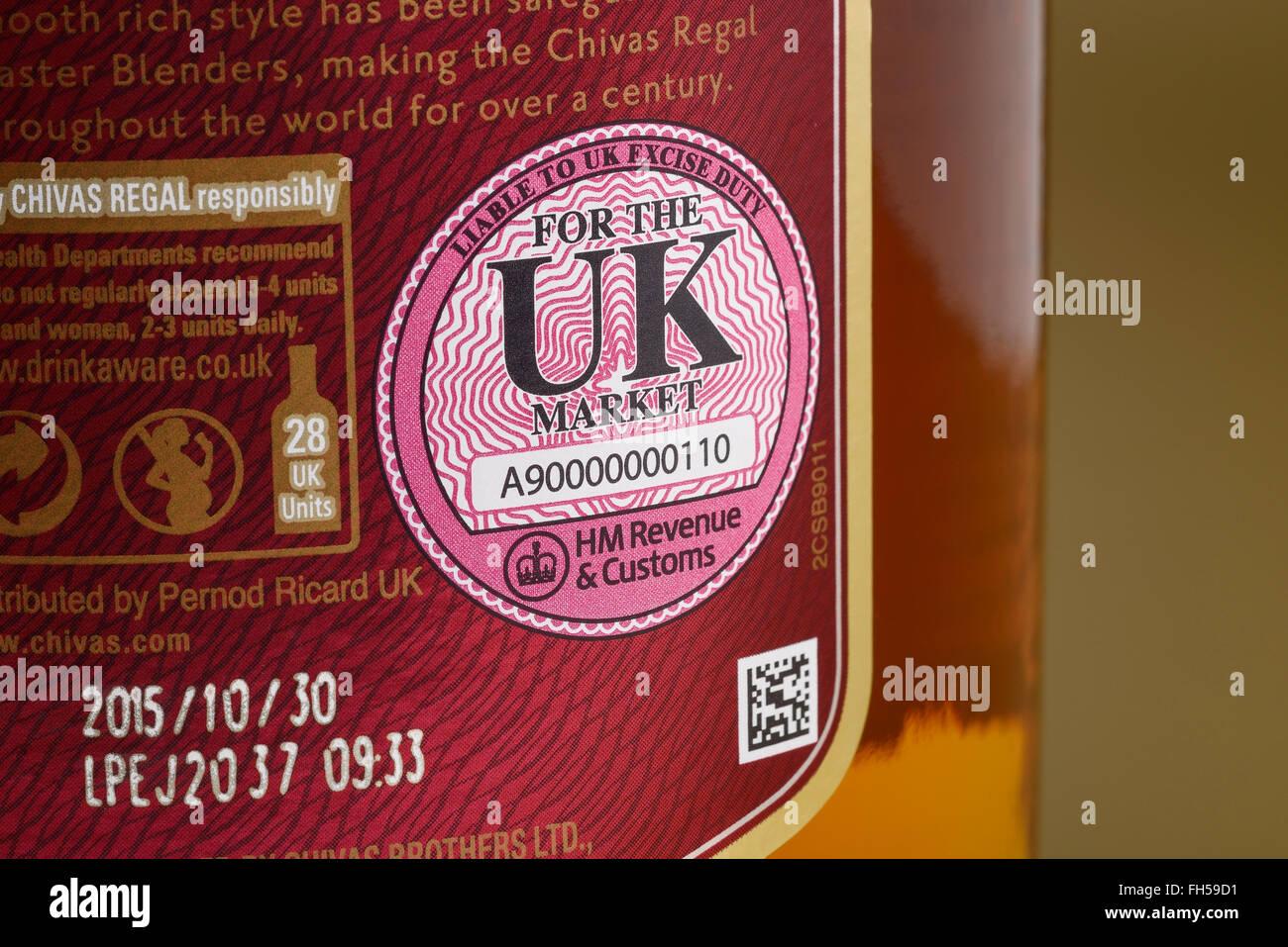 De près de l'UK HM Revenue and Customs d'accise joint sur une bouteille de whisky Photo Stock