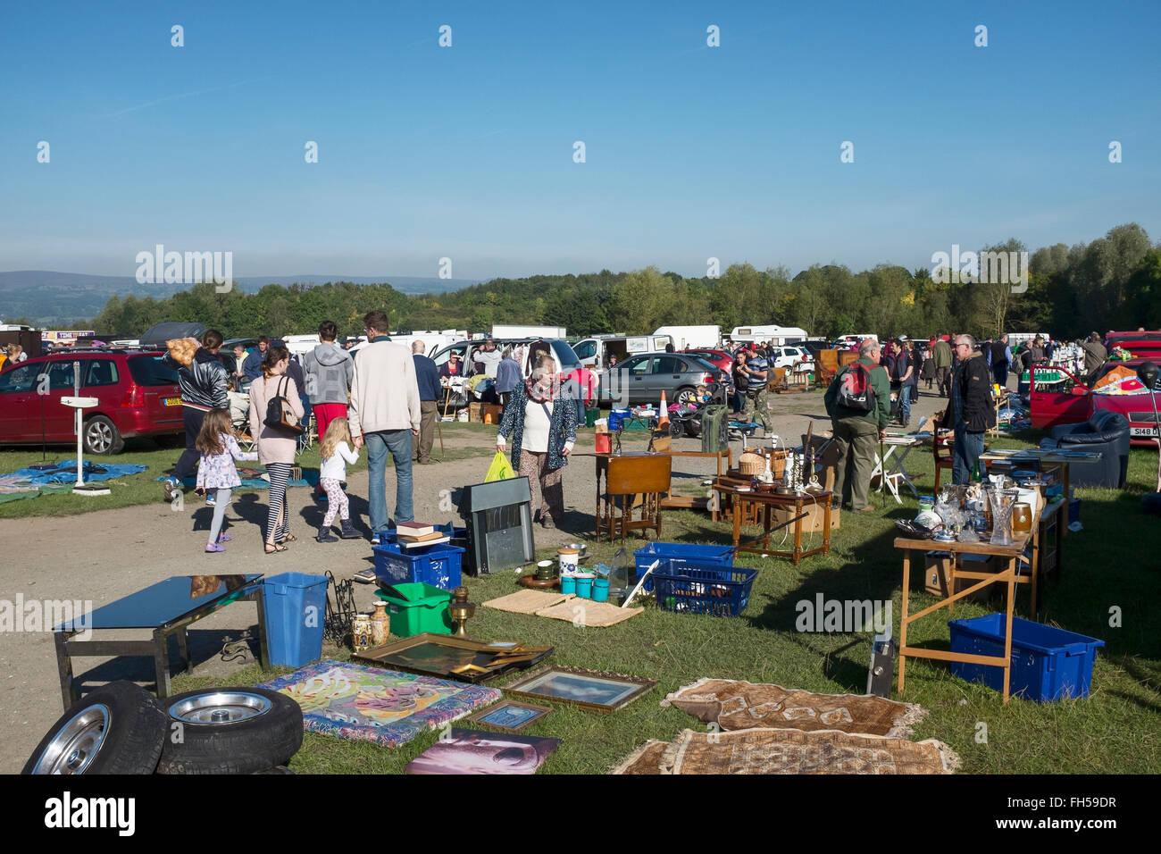 Les acheteurs et les vendeurs au dimanche Boofzheim Car Boot Sale dans le Nord du Pays de Galles UK Photo Stock