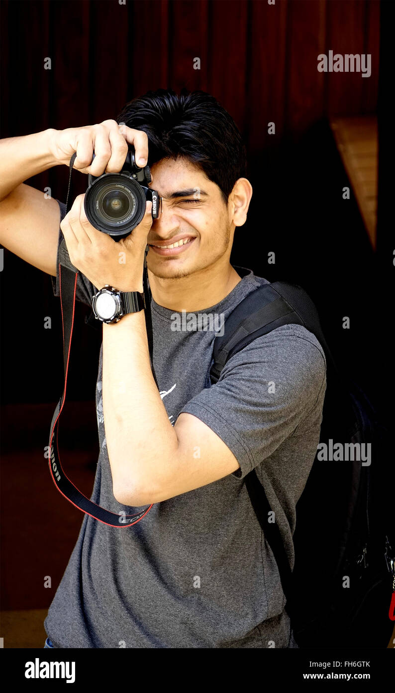 Photographe,'Holding Camera',Position,garçon,homme,Montre,Bandoulière Photo Stock