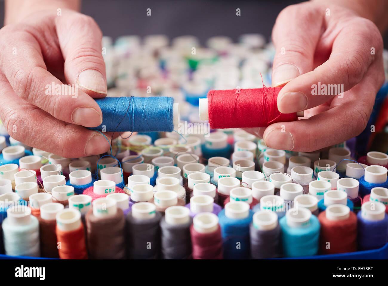 Adapter le choix entre bleu et rouge threads Photo Stock