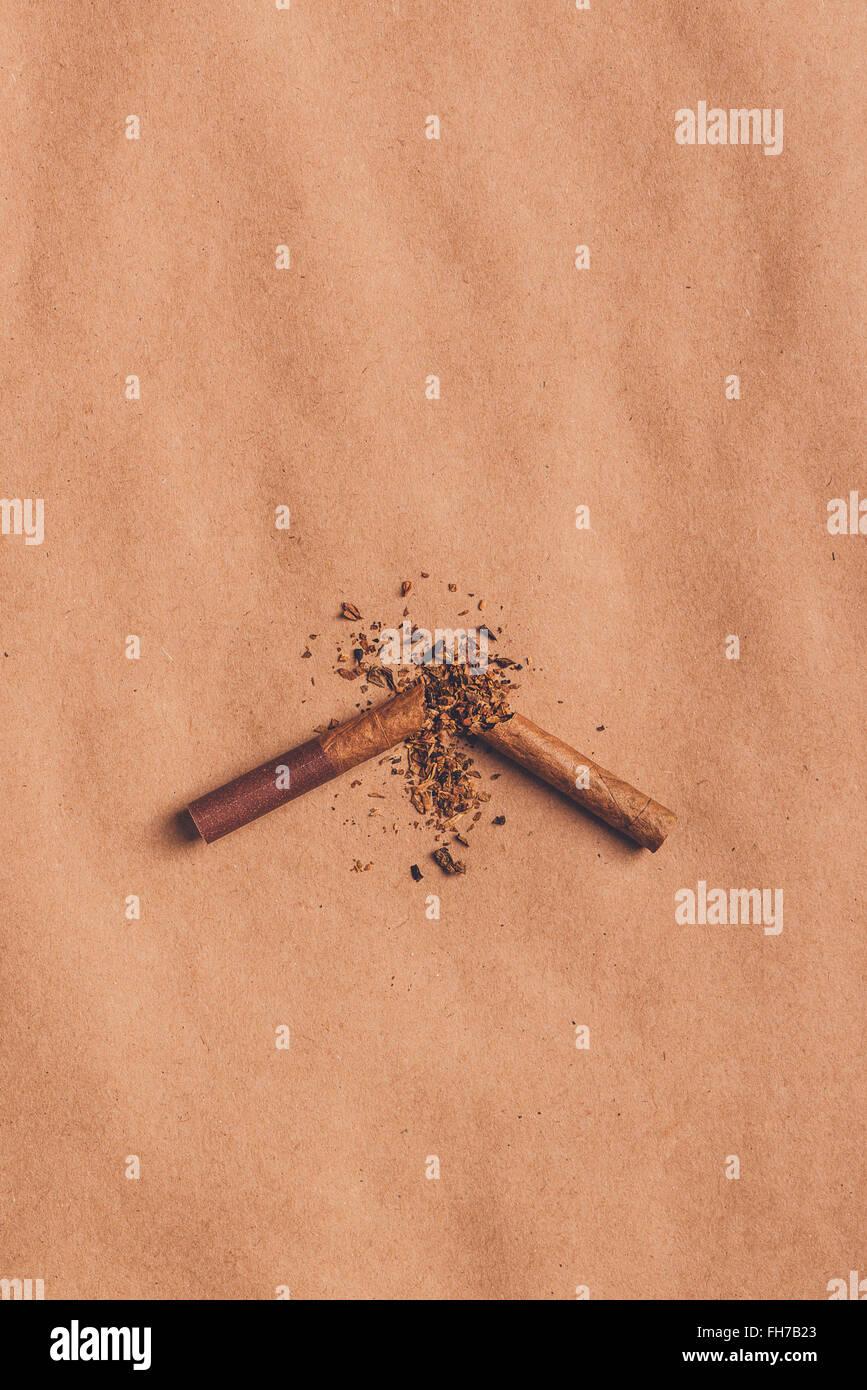 Arrêter de fumer la cigarette cassée, concept Vue de dessus plus de papier brun chaud, ton image rétro. Photo Stock