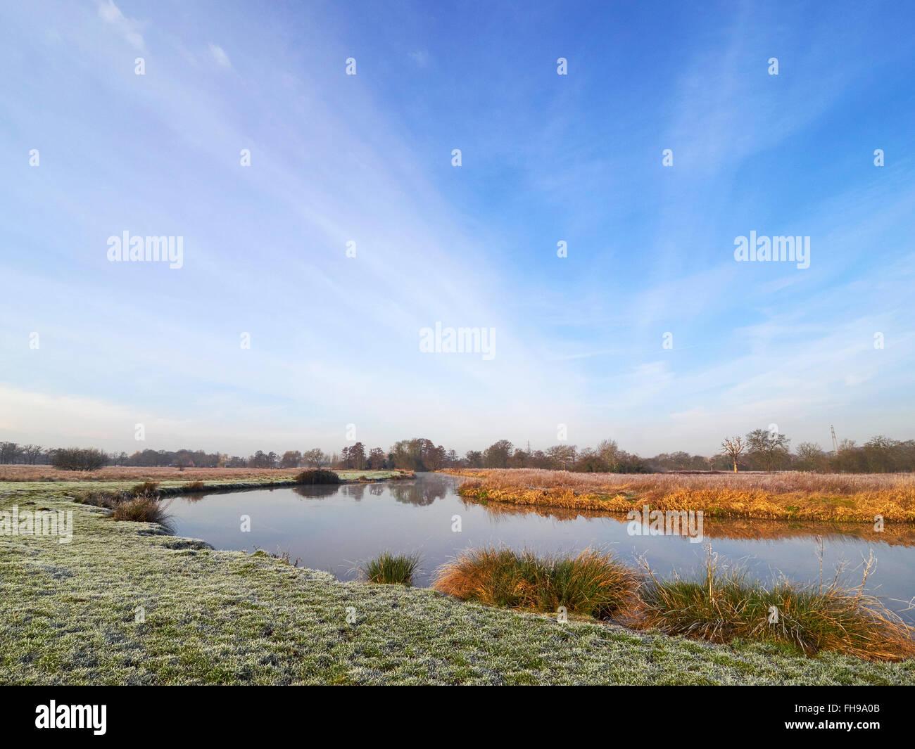 River Wey près de Ripley Surrey sur un clair matin encore des hivers glacial Photo Stock