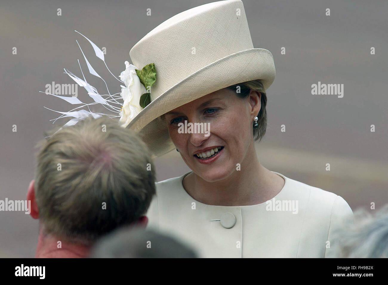 La Comtesse de Wessex salue des sympathisants à la foule dans le centre commercial avant un concours spécial marquant la reine Elizabeth II, Jubilé d'or qui a eu lieu à l'extérieur de Buckingham Palace. Célébrations ont eu lieu dans tout le Royaume-Uni avec l'élément central d'un défilé et feu d'artifice au palais de Buckingham, la reine résidence Londres. La reine Elizabeth monta sur le trône britannique en 1952 à la mort de son père, le Roi George VI. Banque D'Images