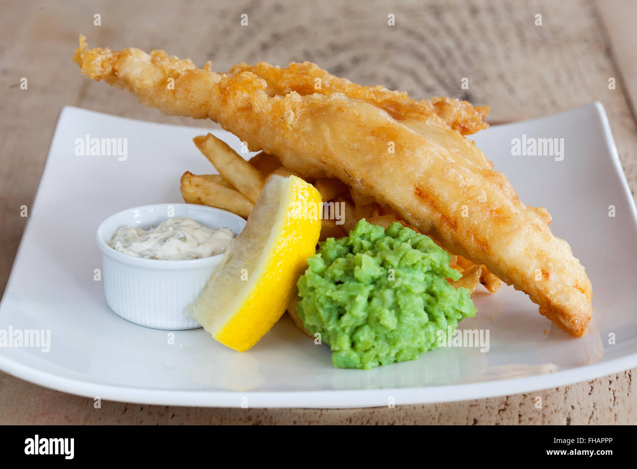 Fish and chips et petits pois Photo Stock