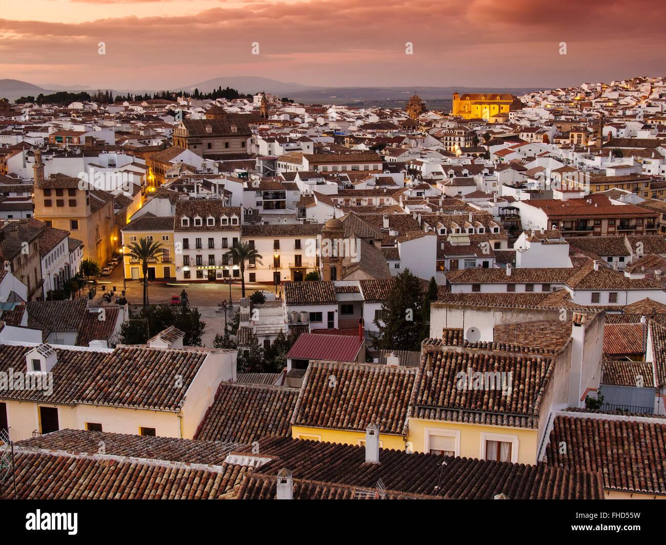 Le coucher du soleil, ville monumentale Antequera, Malaga province. Andalousie le sud de l'Espagne Photo Stock