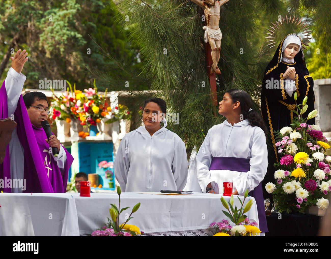Un prêtre de préformes un service dans le cimetière durant le Jour des morts - San Miguel de Allende, Photo Stock