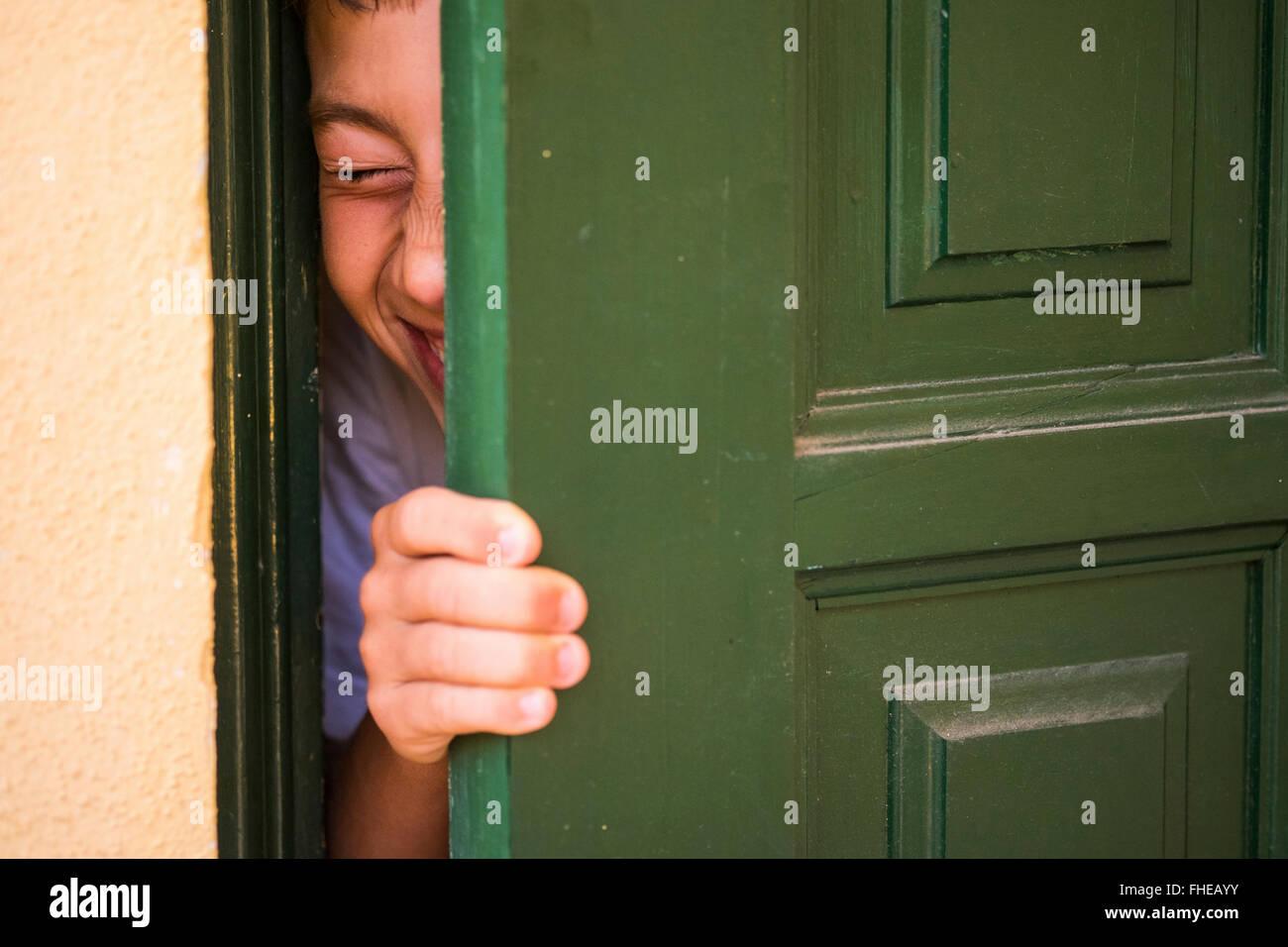 Garcon Cache Derriere Une Porte Verte Banque D Images Photo Stock