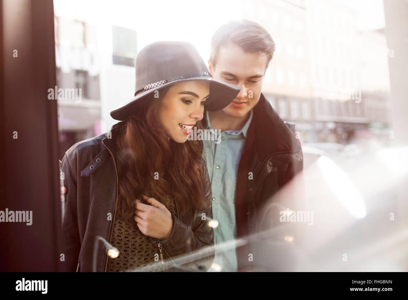 Jeune couple à la recherche de vitrine Photo Stock