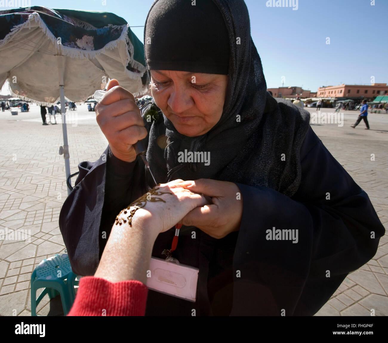 Avoir votre main décoré de colorant au henné dans le centre de Marrakech. La conception finale peut Photo Stock