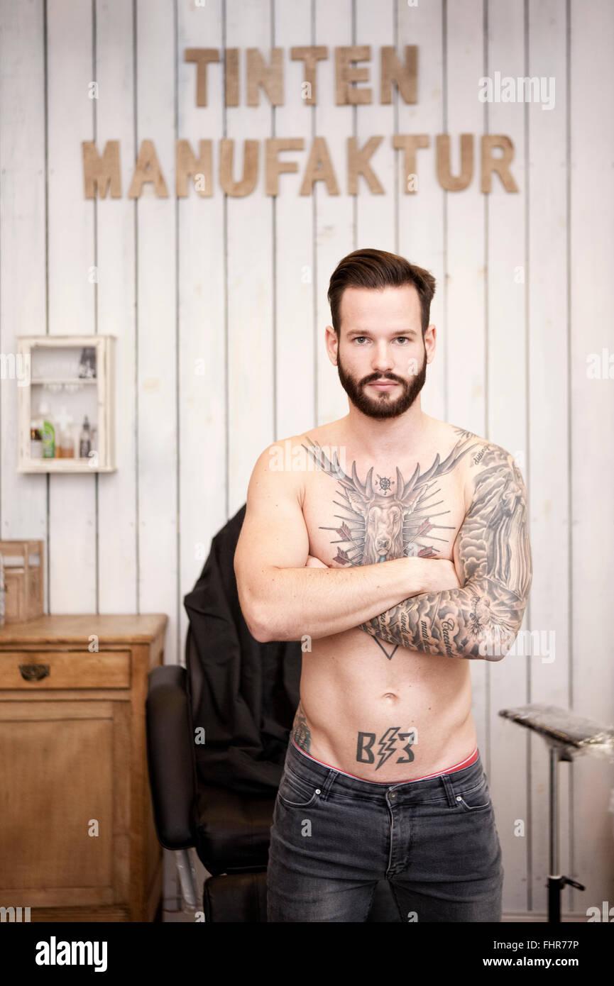 Portrait de l'homme avec le haut du corps tatoués Photo Stock
